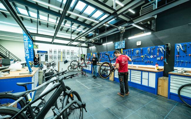 Chris Deckers en Jarne aan het werk in het open atelier van CD Bikes Heist-op-den-Berg